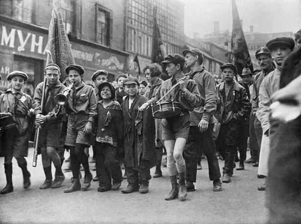 Беспризорники в колонне пионеров на первомайской демонстрации, 1927 год