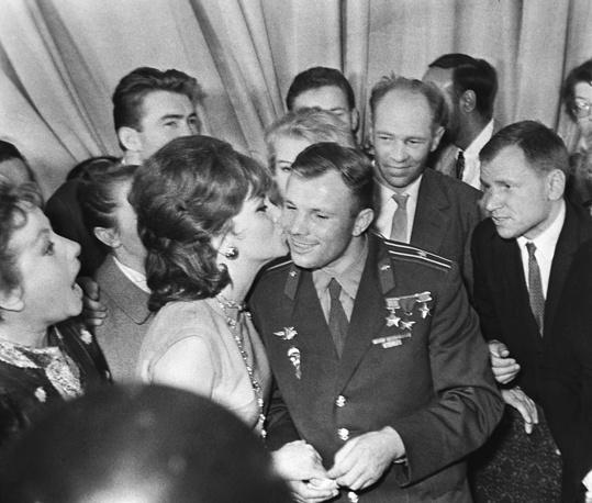 II Международный кинофестиваль. Итальянская киноактриса Джина Лоллобриджида целует Юрия Гагарина, 1961 год