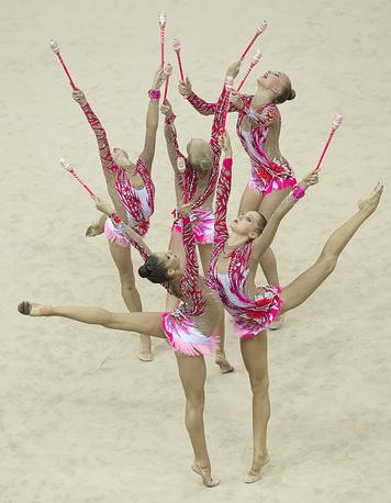 Сборная России заняла второе место в общекомандном зачете на летних юношеских Олимпийских играх в китайском Нанкине, уступив первую строчку хозяевам соревнований - команде Китая. На третьем месте - сборная США. На фото: российские гимнастки во время финального выступления, 27 августа