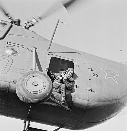 Фотокорреспондент ТАСС Марк Редькин на съемке, 1967 год. Он сотрудничал с фотохроникой ТАСС с 1941 года