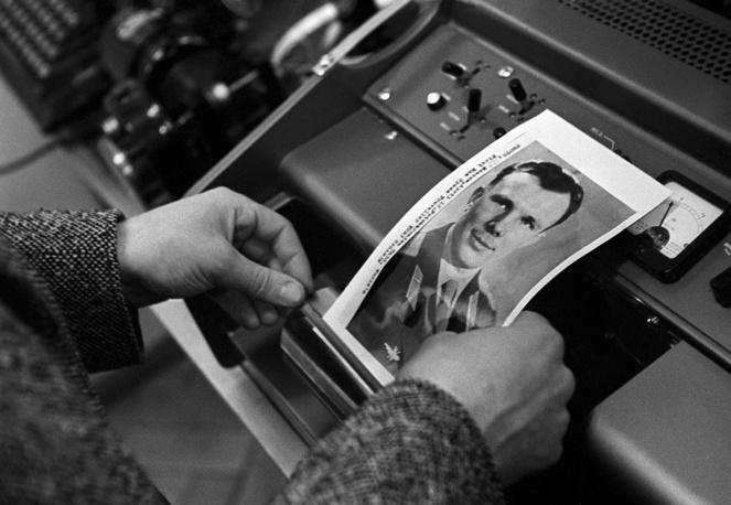Москва. Портрет Юрия Гагарина передается в Прагу, 1961 год. 12 апреля 1961 года Юрий Гагарин стал первым человеком в мировой истории, совершившим полет в космос