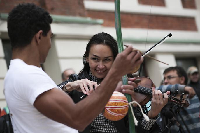 Беримбау, похожий на лук музыкальный инструмент, является одним из главных элементов капоэйры