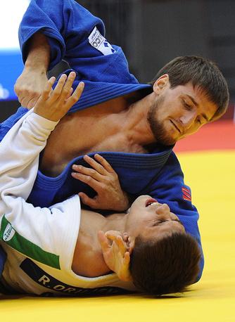 Бронзовый призер ЧМ Муса Могушков (73 кг) во время поединка с азербайджанцем Рустамом Оруджовым