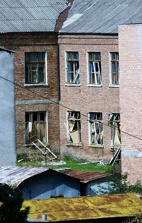 Здание школы, где боевики удерживали заложников, 2 сентября 2004 года