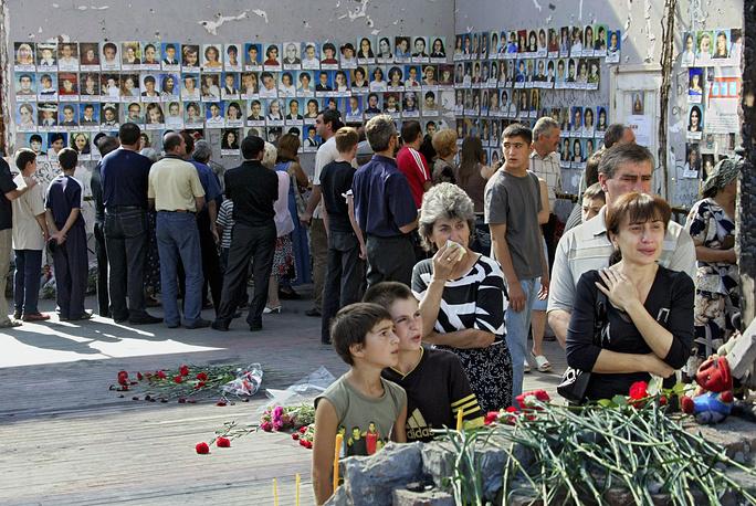 Траурные мероприятия в спортзале школы № 1 в первую годовщину трагедии, 1 сентября 2005 года