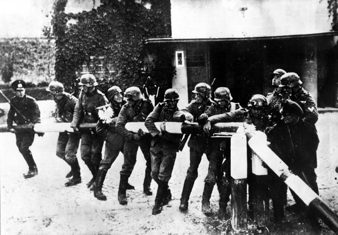 Немецкие солдаты ломают шлагбаум на польско-германской границе. 1 сентября 1939 года