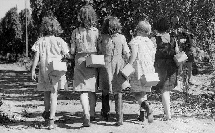 Дети с противогазами в окрестностях Лондона. 7 сентября 1939 года