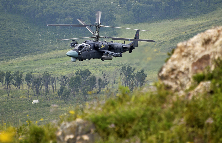 """Вертолет Ка-52 """"Аллигатор"""" во время показательных батальонных тактических учений с боевой стрельбой мотострелковой бригады на полигоне Сергеевский, 14 августа 2014 года"""