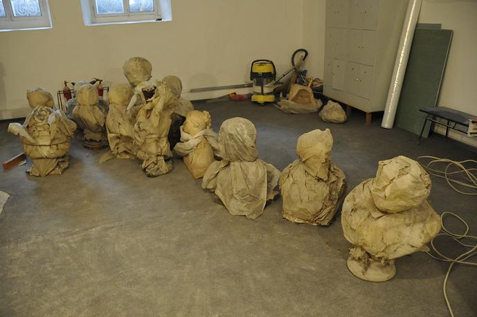В процессе работ по восстановлению первоначального облика Шаляпинского зала была разрушена стена и открыта дверь в комнату, где и были обнаружены скульптуры из фондов музея