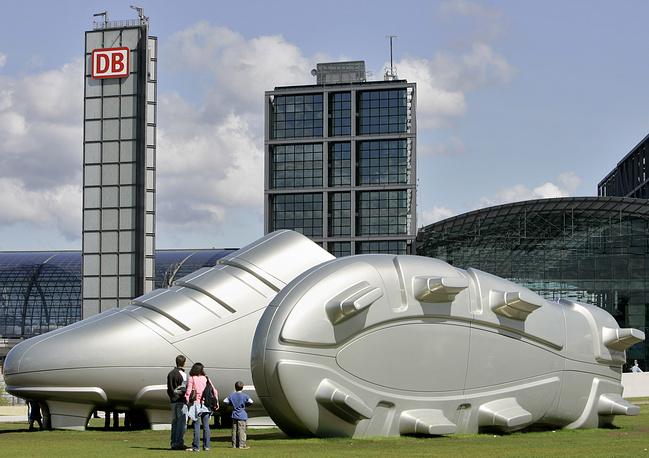 """В одном из парков Берлина  в рамках выставки """"Германия - страна идей"""" в мае 2006 года перед чемпионатом мира по футболу были установлены гигантские бутсы"""