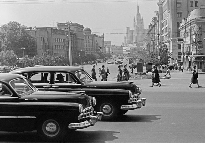 Автомобили ЗИС (Завод имени Сталина) на площади Маяковского, 1957 год