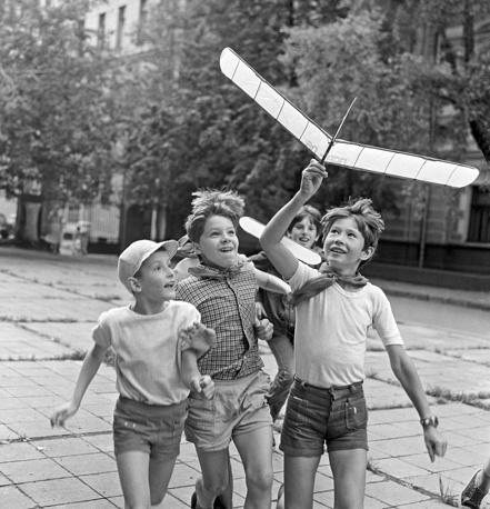 Дети из городского пионерского лагеря, организованного во Дворце пионеров Кировского района столицы, запускают модели самолетов, которые сделали своими руками, 1986 год