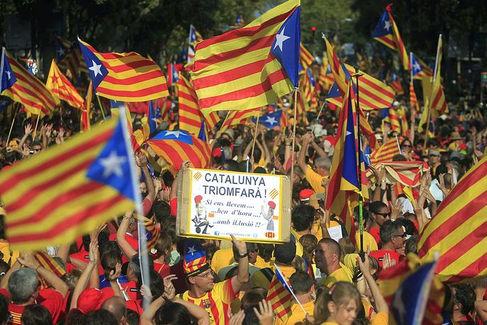 Участие в манифестации приняли члены каталонского правительства, депутаты местного парламента от националистических партий, другие политические и общественные деятели