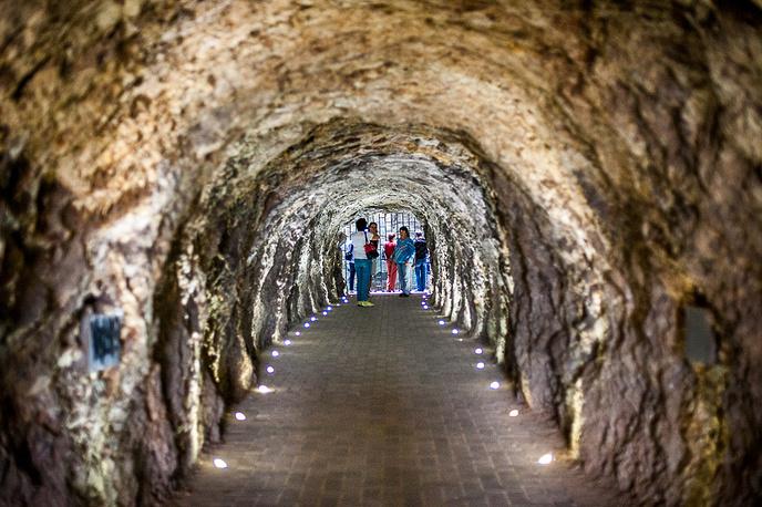 После пробития 150 лет назад длинного тоннеля доступ к озеру стал гораздо проще. Количество посетителей увеличилось в разы, а воду из озера стали принимать в лечебных целях.