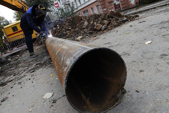 """Рабочий МУП """"Водоконал"""" во время ремонта водопровода"""