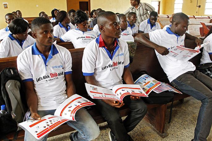 Военные силы США сформируют в Либерии штаб по борьбе с распространением вируса. В частности, будет создана промежуточная база для распределения оборудования и персонала, оказано содействие в строительстве лечебных центров. На фото: волонтеры из Либерии во время семинара по борьбе с распространением вируса Эбола в Монровии