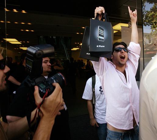 Один из первых в мире покупателей iPhone первого поколения Майк Адамс, Лос-Анджелес, 29 июня 2007 года