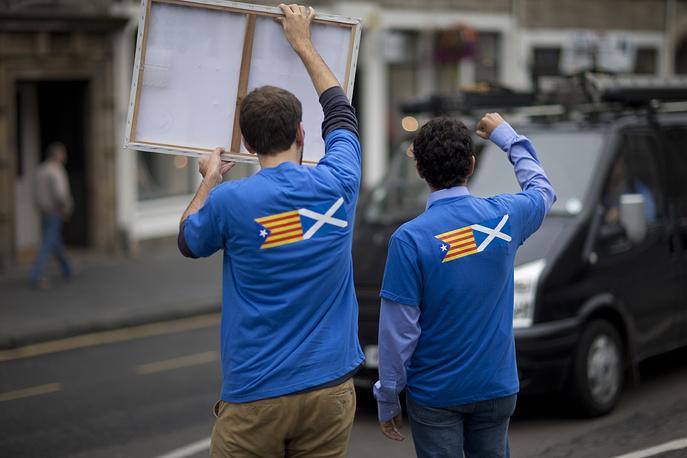 Всего для голосования зарегистрировались 4,3 млн избирателей при совокупном населении региона 5,3 млн человек. На фото: сторонники кампании за независимость Шотландии во время референдума