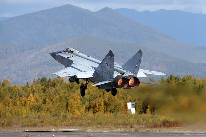 """""""Окончательные итоги нам еще предстоит подвести, но уже сейчас можно говорить о более эффективном руководстве оперативного состава объединений, а также о возросшем уровне боевой выучки военнослужащих соединений и воинских частей"""", - сказал Шойгу. На фото: МиГ-31 на аэродроме Елизово"""