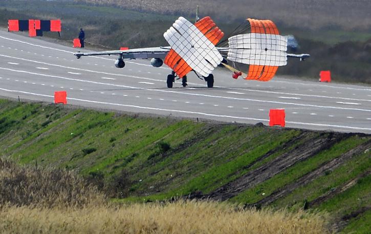 """Штурмовик Су-25 заходит на посадку на федеральную трассу М-60 """"Уссурийск"""""""