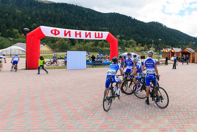 Велогонщики на территории всесезонного курорта «Архыз».