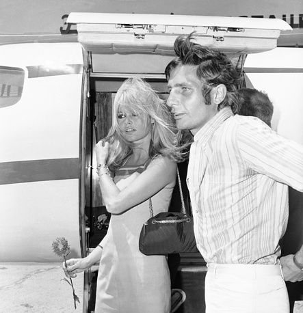После развода с Роже Вадимом актриса была замужем за Жан-Луи Трентиньяном, Жаком Шарье, Гунтером Заксом, Бернаром д`Ормалем. На фото: Брижит Бардо с мужем Гунтером Заксом, 1966 год
