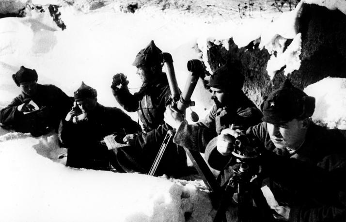Декрет ВЦИК и СНК об обязательной воинской повинности для граждан РСФСР от 28 сентября 1922 года предусматривал срок службы в пехоте и артиллерии 1,5 года,  в Воздушном флоте - 3,5 года, в Военно-морском флоте - 4,5 года. На фото: бойцы Красной Армии на учениях,1930 год
