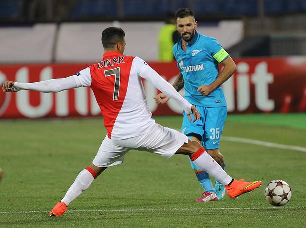 """Игроки """"Монако"""" Набиль Дирар и """"Зенита"""" Мигел Данни (слева направо)"""