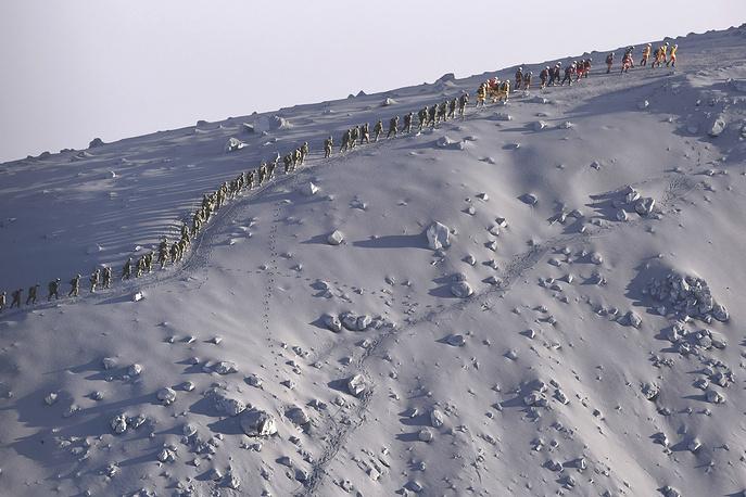 Работы по спасению туристов с вулкана осложнены выбросами раскаленных камней, пепла и скопления токсичных газов