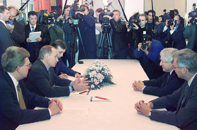 Владимир Путин на рабочей встрече с президентом Всемирного банка Джеймсом Вулфенсоном (на фото второй справа), 2000 год