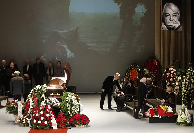 Гроб установлен на сцене. Справа от него  - портрет Любимова с черной траурной лентой, слева - икона Николая Чудотворца