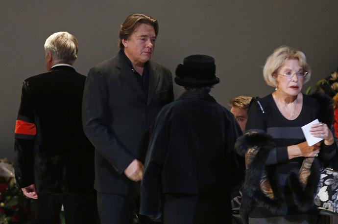 Директор Первого канала Константин Эрнст и вдова режиссера, справа Людмила Максакова