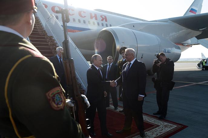 10 октября лидеры стран СНГ обсудили перспективы Евразийского экономического союза на саммите в Минске. На фото: президент России Владимир Путин и премьер-министр Белоруссии Михаил Мясникович