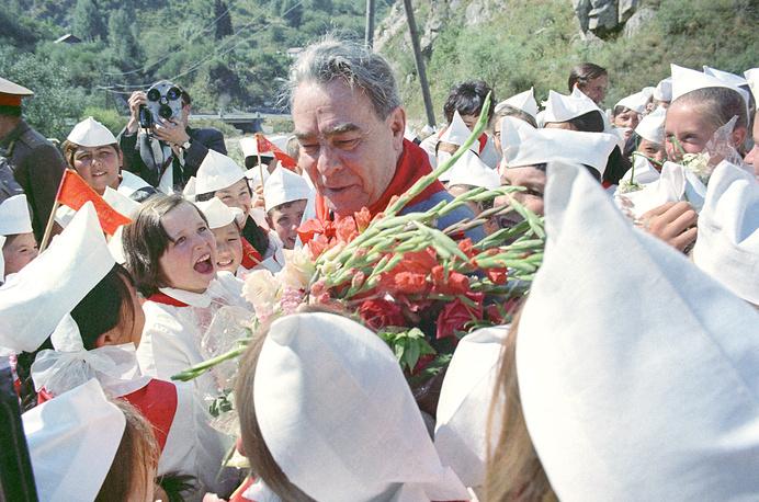Леонид Брежнев среди пионеров Алма-Аты, Казахская ССР, 1973 год