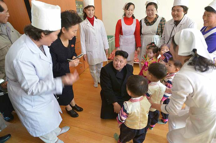 Во время посещения детского дома в Пхеньяне, 2014 год