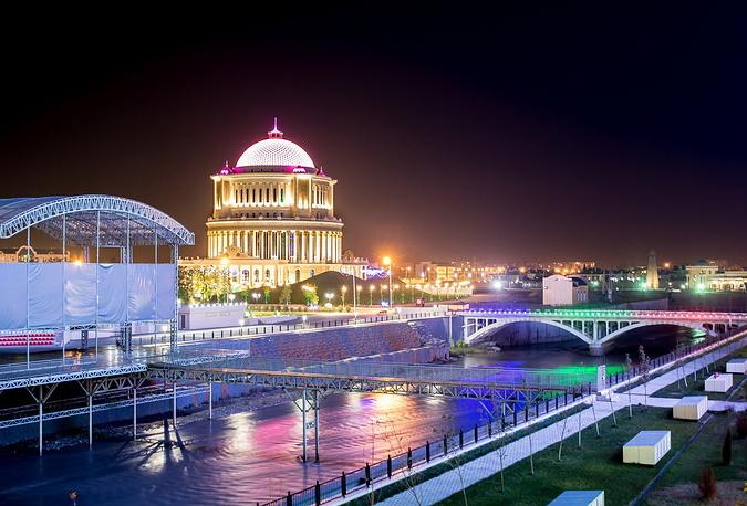 Ночной свет отражается в реке Сунжа в Грозном.