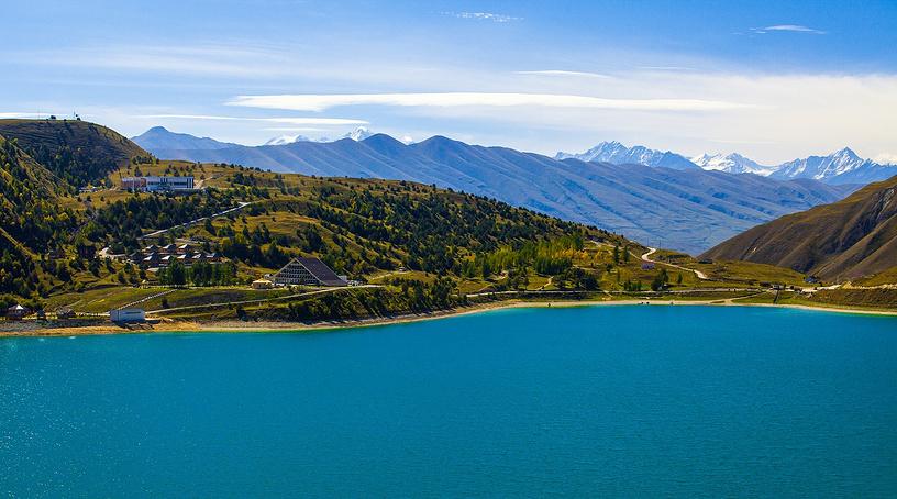 Вода в озере Казеной-Ам холодная: даже летом температура на поверхности не поднимается выше 17-18 градусов. Температура воды в нижних слоях — примерно 7-8 градусов. Зимой озеро замерзает, толщина льда в отдельные годы достигала 70-80 сантиметров.