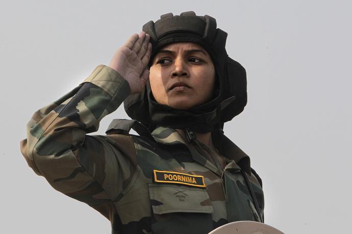 Женщина-солдат индийской армии отдает честь во время марша ко Дню армии в Нью-Дели, 2011 год