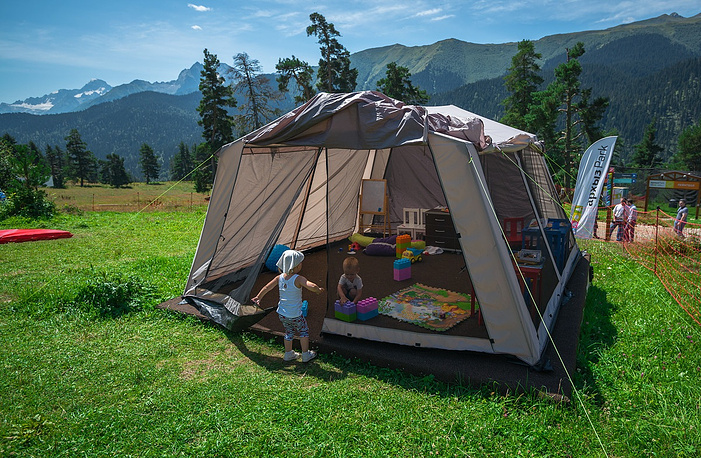 Игровая палатка. За досуг маленьких туристов отвечали волонтеры Северо-Кавказского федерального университета.