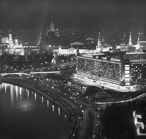 """Вид на Москворецкую набережную и гостиницу """"Россия"""", 1976 год"""