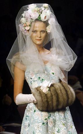 Свадебное платье, расшитое цветами, на показе осень-зима 2000/01 в Париже. Платье создано Оскаром де ла Рентой для модного дома Pierre Balmain