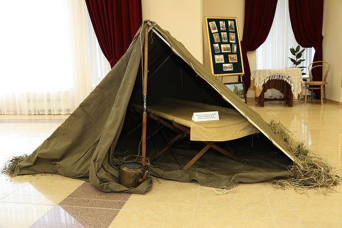 Походная складная кровать времен Первой мировой войны, представленная на выставке