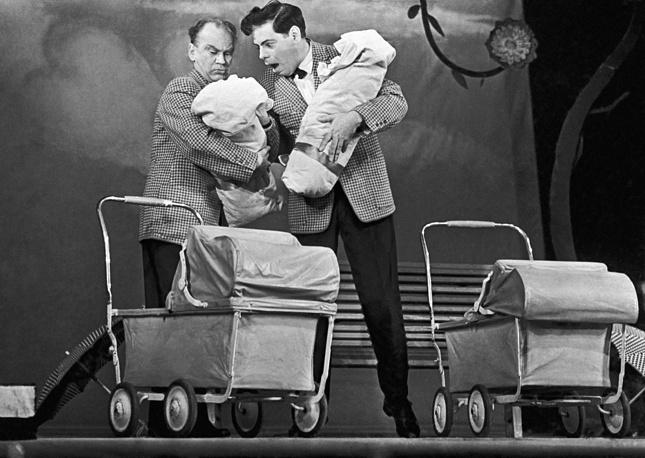 """Артисты Герман Новиков и Аркадий Райкин в интермедии """"Штамповщики"""", 1958 год"""