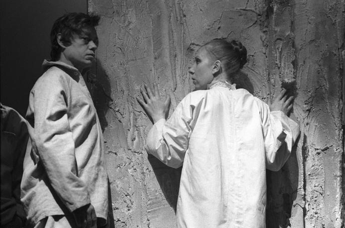 """Сцена из спектакля """"Оптимистическая трагедия"""", 1985 год"""