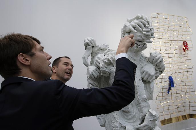 """Скульптура """"Еще не названный"""" (""""Not Yet Titled"""") канадского художника Дэвида Алтмежда"""