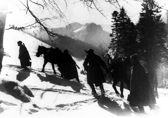 28 октября войска 1-го Украинского фронта при участии 1-го Чехословацкого армейского корпуса завершили Карпатско-Дуклинскую наступательную операцию и вышли на границу СССР. Украина была полностью освобождена от оккупантов. На фото: переход через Карпаты, 1944 год