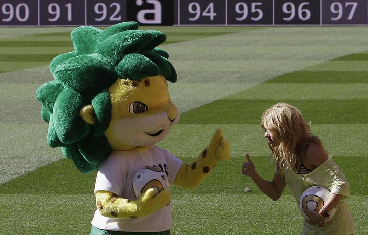Певица Шакира рядом с куклой - талисманом чемпионата мира по футболу 2010 года в ЮАР Закуми в Йоханнесбурге (Zakumi)