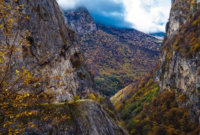 Дорога в Черекском ущелье проходит по уступам отвесных скал и все время круто поднимается в горы, поэтому вниз лучше не смотреть