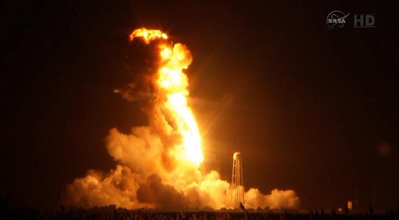 Ракета-носитель Antares с американским кораблем Cygnus взорвалась во время запуска с космодрома NASA