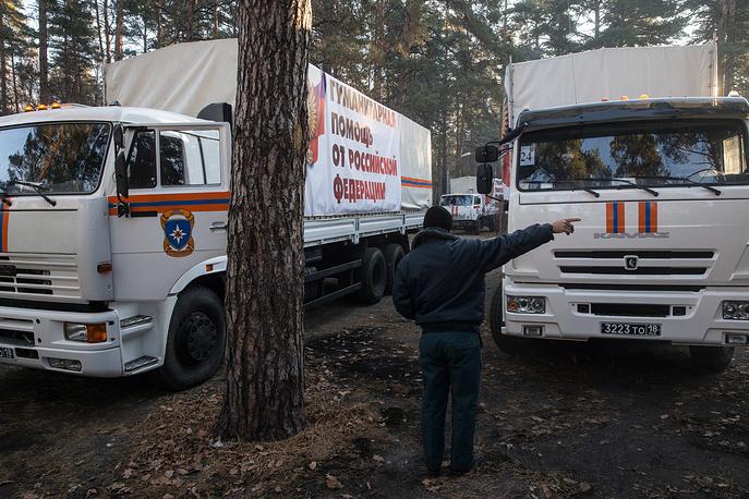 В составе колонны около 100 грузовых автомобилей. На фото: российский конвой с гуманитарным грузом в Воронежской области